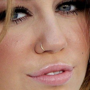 miley-cyrus-piercing-nose-ring-500x500